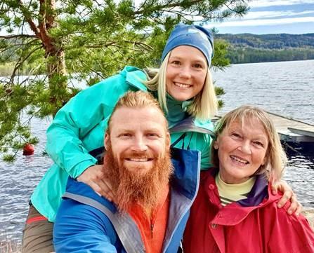 Mari Finsen, Mats Berglund skal markedsføre Finnskogen Natur & kulturpark på instagram. Her med daglig leder i FNK, Herdis Bragelien. FOTO: Finnskogen Natur & kulturpark