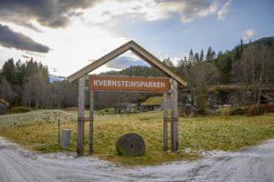 Kvernsteinsparken som ligger i Sognefjorden Kystpark byr på mange spennende opplevelser for både små og store. Foto: Hans Ola Østby/Norske Parker
